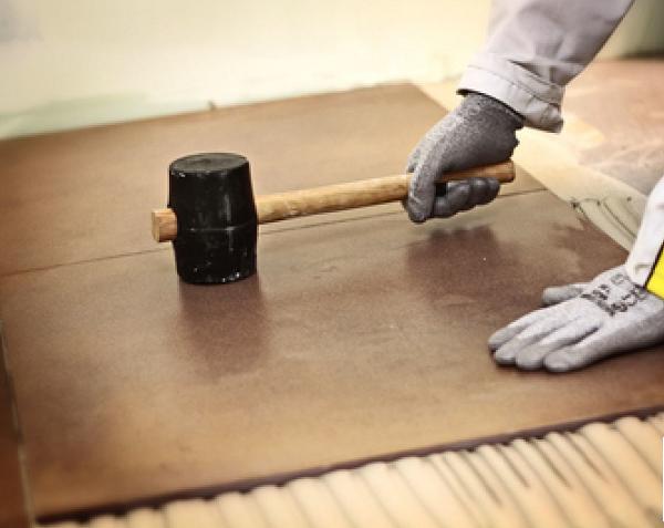Dùng búa cao su gõ nhẹ đều trên bề mặt viên gạch để đảm bảo gạch đã bám dính